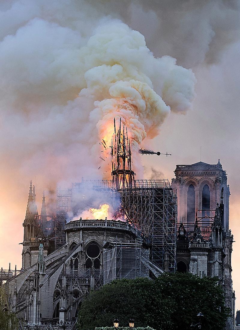 Φωτιά και καπνοί έξω από την Παναγία των Παρισίων