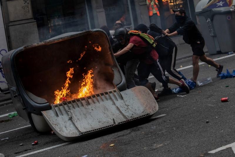 Διαδηλωτές έβαλαν φωτιές σε κάδους