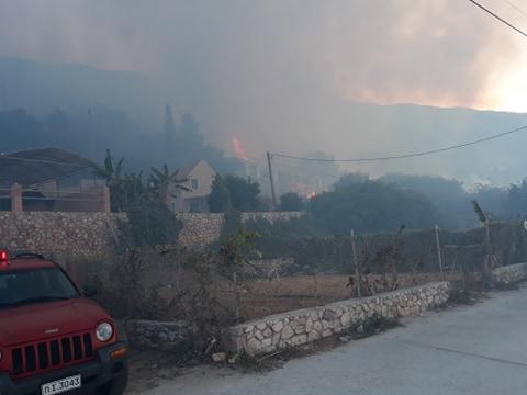 Φωτιά πάνω από σπίτια στην Κεφαλονιά