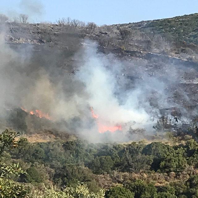 Η φωτιά καίει χαμηλή βλάστηση στην Αγία Πελαγία Κυθήρων