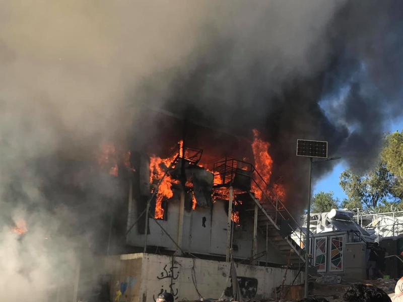 Κοντέινερ καίγεται στη Μόρια