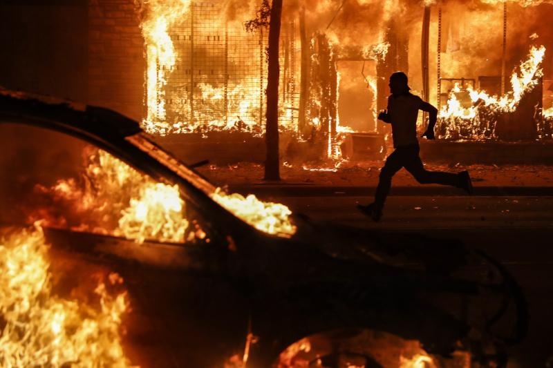 Βίαια επεισόδια στη Μινεάπολη