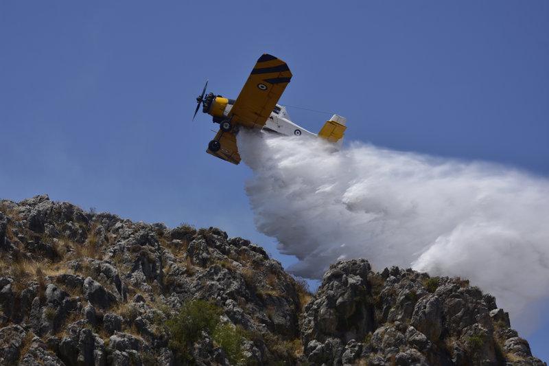 Αεροσκάφη Πετζετέλ συνδράμουν στη μεγάλη πυρκαγιά στο Ναύπλιο