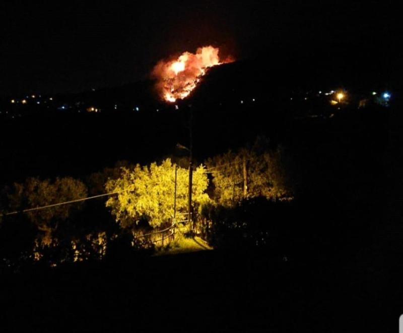 Μεγάλη φωτιά στη Νέα Μάκρη: Σε ύφεση τα πύρινα μέτωπα - Καταγγελίες για εμπρησμό fotia nea makri