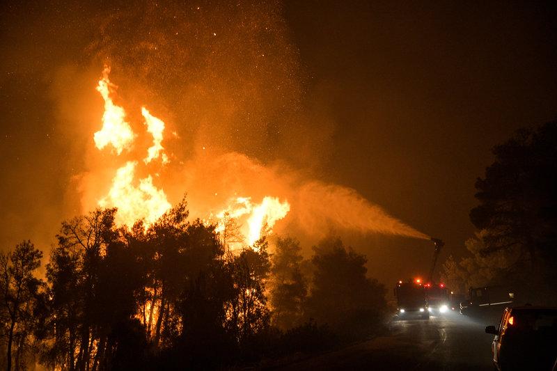 Ενίσχυση των ανέμων τη νύχτα στην Εύβοια δυσκολεύει το έργο των πυροσβεστών