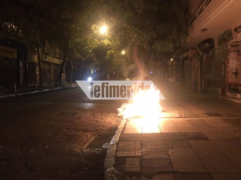 Μικροεπεισόδια και στα Εξάρχεια με φωτιές από τις Μολότοφ στους δρόμους
