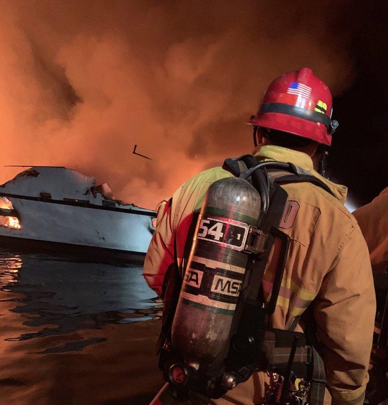 Πυροσβέστης στο φλεγόμενο σκάφος στην Καλιφόρνια