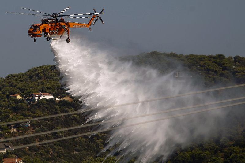 Ελικόπτερο κάνει ρίψεις νερού στη Ραφήνα
