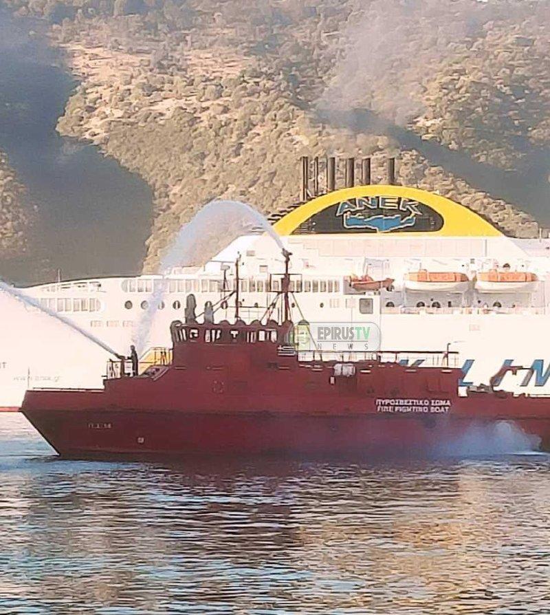 Κατάσβεση φωτιάς σε πλοίο