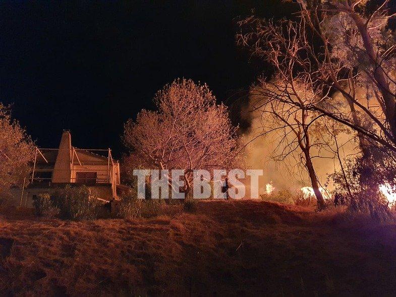 Φωτιά πλησιάζει σπίτι στην Πάτρα