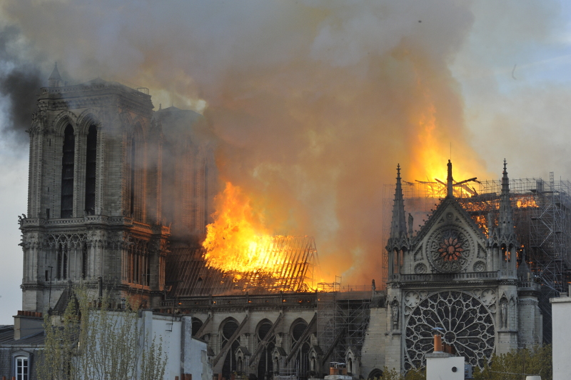 Εικόνες σοκ με την Παναγία των Παρισίων στις φλόγες