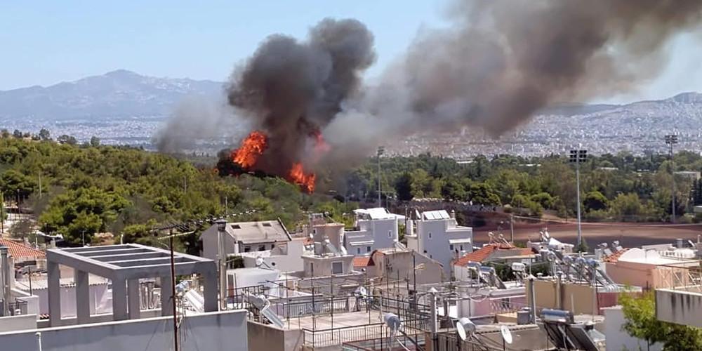 Καπνοί και φλόγες στη φωτιά στο Χαϊδάρι