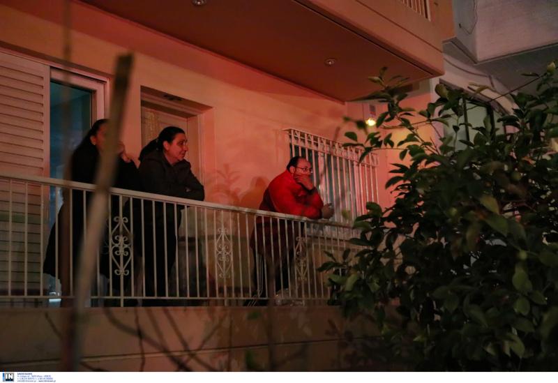 Γείτονες παρακολουθούν τις ενέργειες του Πυροσβεστικού Σώματος
