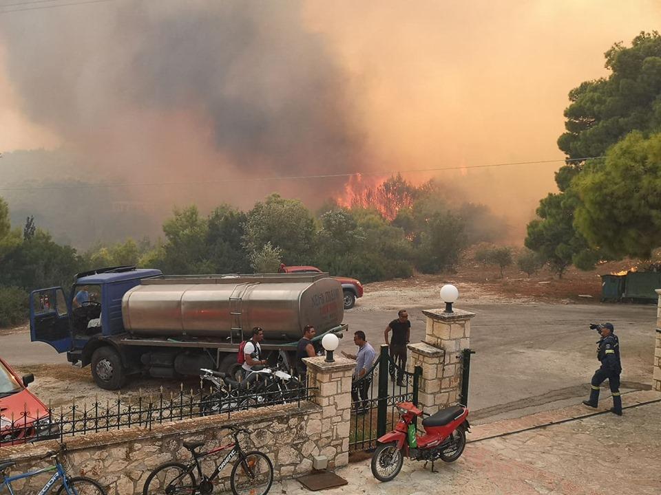 Υδροφόρα έξω από κατοικία στη Ζάκυνθο την ώρα που οι φλόγες βρίσκονται σε απόσταση αναπνοής