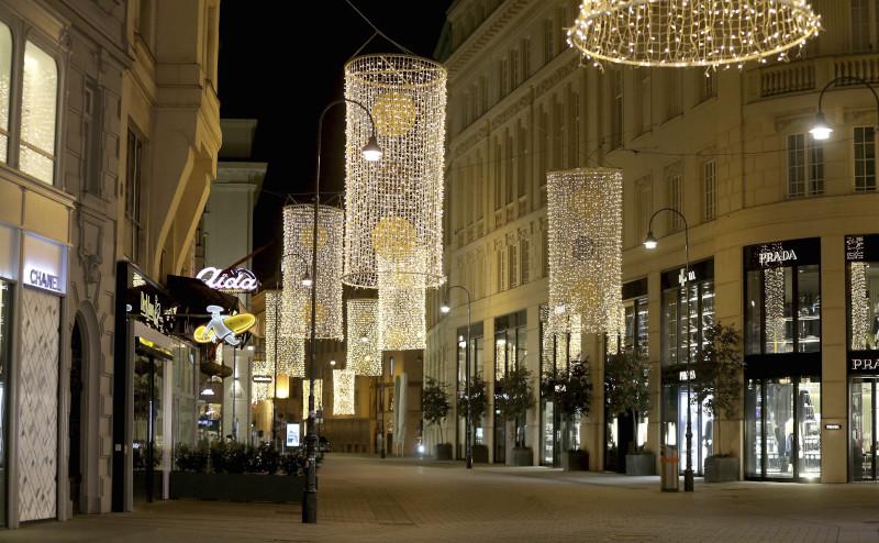 Η φωτισμένη αγορά της Βιέννης με κλειστά τα μαγαζιά