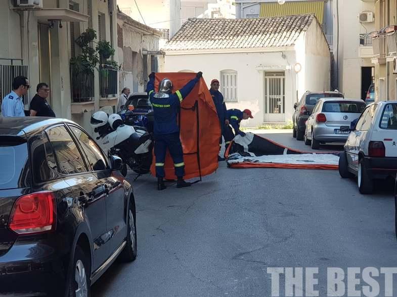Άνδρες της πυροσβεστικής στον δρόμο προετοιμάζονται για παρέμβαση σε περίπτωση που η γυναίκα προχωρήσει στο απονενοημένο
