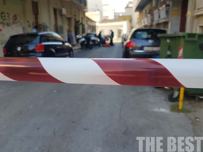 Οι αρχές έχουν αποκλείσει τον δρόμο στην Πάτρα όπου η γυναίκα απειλεί να αυτοκτονήσει
