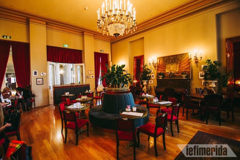 Αριθμημένες καρέκλες του Foyer Café Bistrot