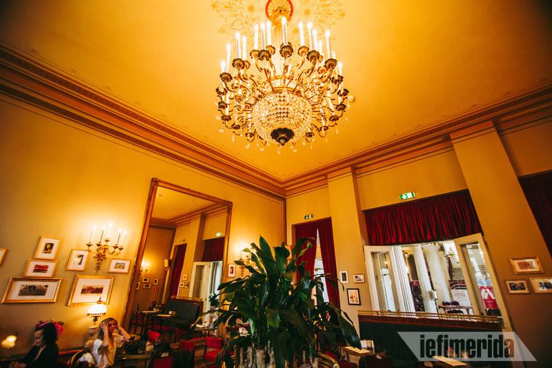 Ο πολυέλαιος του Foyer Café Bistrot