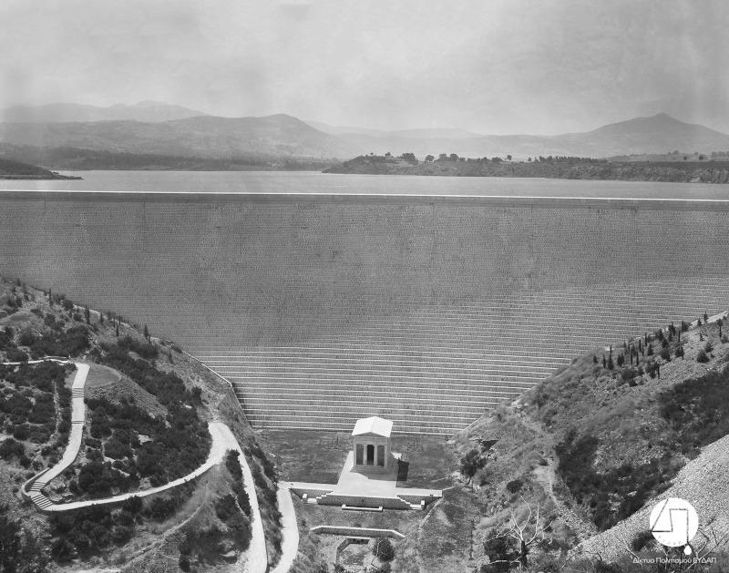 Άποψη του Φράγματος και του κτίσματος, αντιγράφου του Θησαυρού των Αθηναίων, περίπου 1931/Φωτογραφία: Ιστορικό Αρχείο ΕΥΔΑΠ