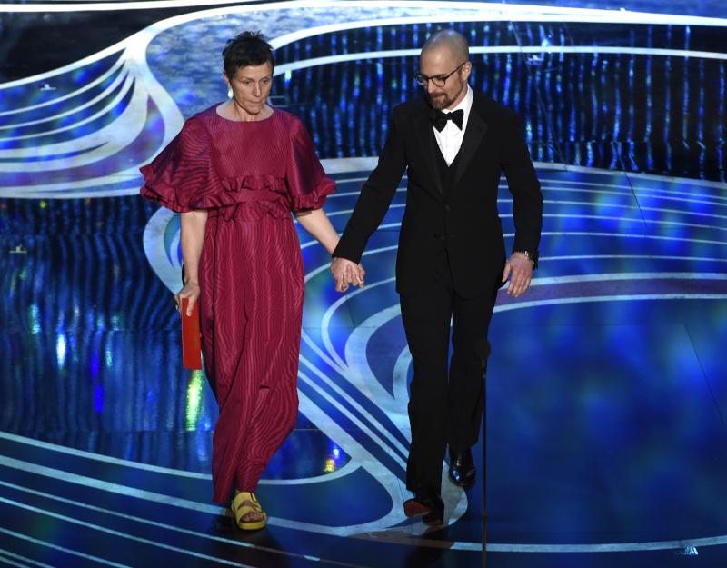 Η Φράνσις ΜακΝτόρμαντ με δημιουργία Valentino και κίτρινα Birkenstock στην τελετή απονομής των Όσκαρ 2019