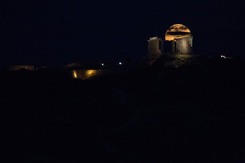 Η πανσέληνος της Φράουλας πάνω από το ναό του Ποσειδώνα στο Σούνιο