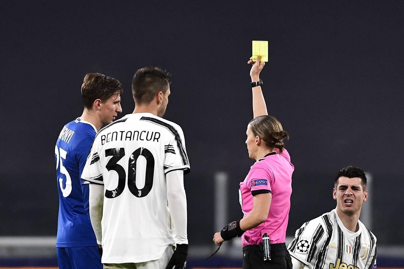 H Φαπάρ βγάζει κίτρινη κάρτα σε παίκτη της Ντιναμό Κιέβου