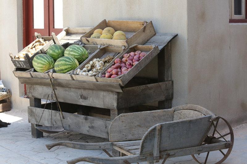 Καρπούζια και πεπόνια, αλλά και κρεμμύδια με σκόρδα πλάι στο εντυπωσιακό ξύλινο καρότσι μεταφοράς