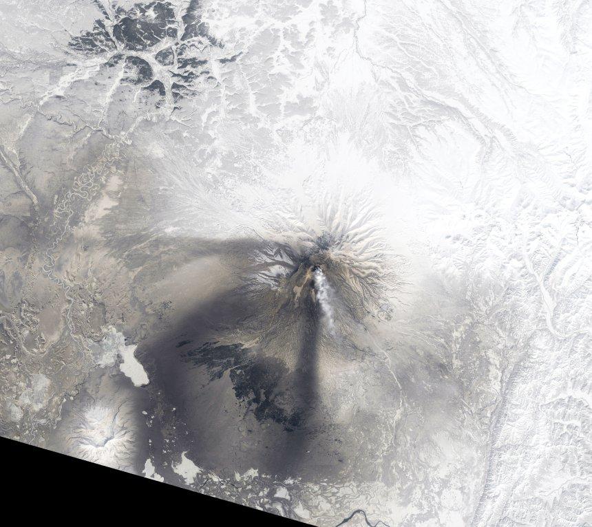 Ο κώνος του ηφαιστείου Σιβελούτς και το νέφος αερίων και τέφρας που εκτόξευσε στον ουρανό της Σιβηρίας.