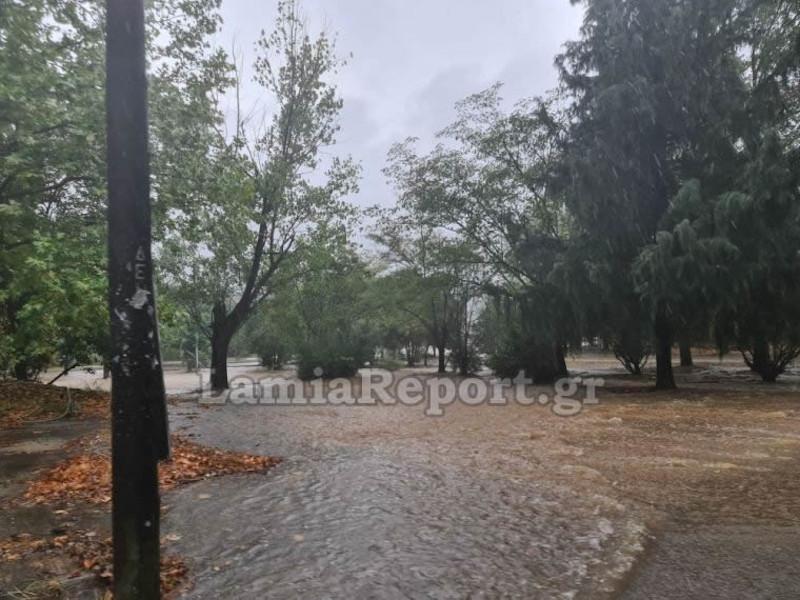 Πλημμυρισμένοι δρόμοι στη Φθιώτιδα