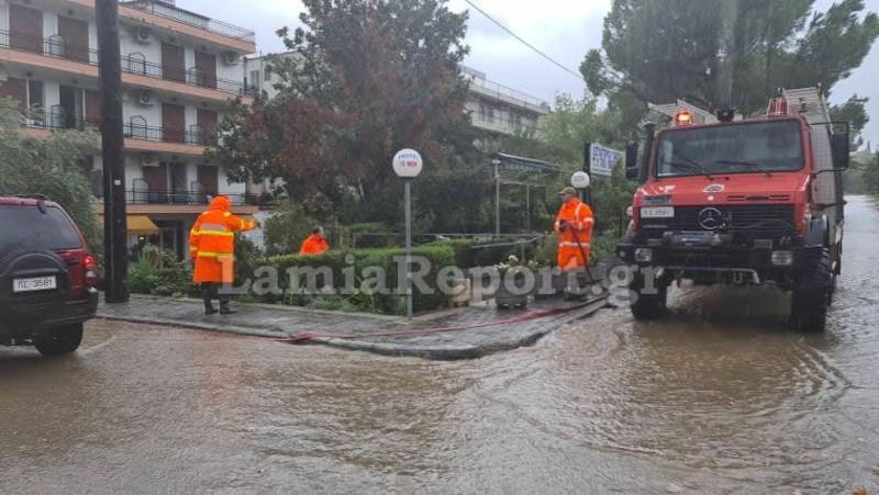 Πυροσβέστες κάνουν αντλήσεις υδάτων
