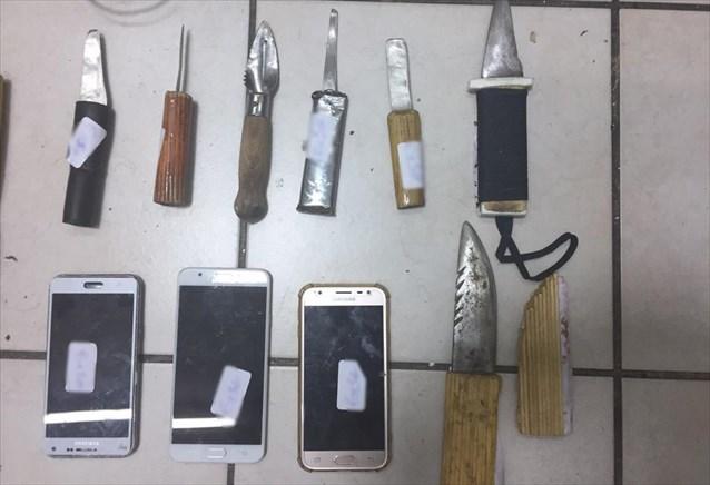 Τα αυτοσχέδια μαχαίρια και τα κινητά που βρέθηκαν στη νέα έρευνα στον Κορυδαλλού