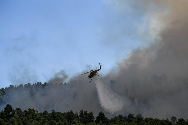 Το μεγάλο στοίχημα είναι να μπορέσουν τα εναέρια μέσα να περιορίσουν το μέτωπο της φωτιάς πριν ενισχυθούν ξανά οι άνεμοι