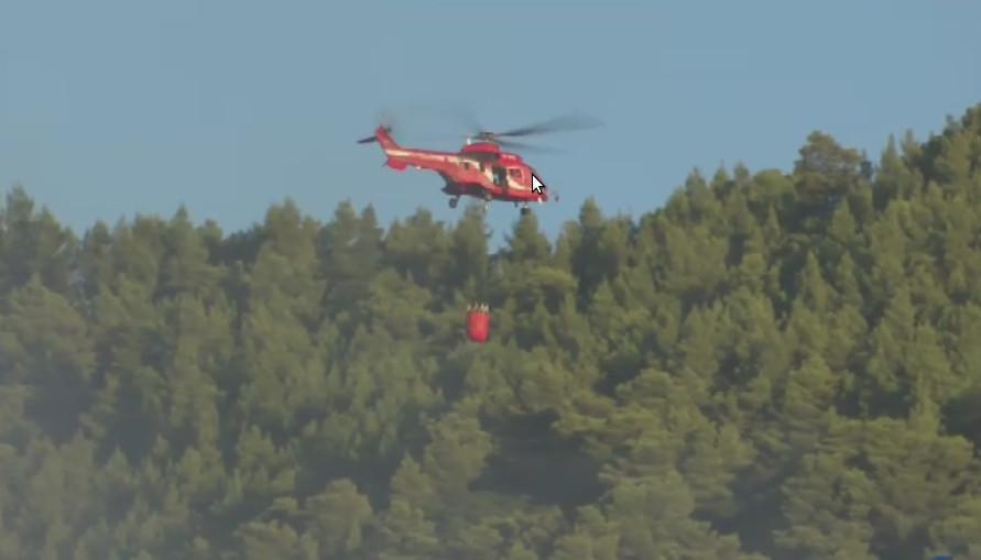 Ελικόπτερο της Πυροσβεστικής πετά νερό