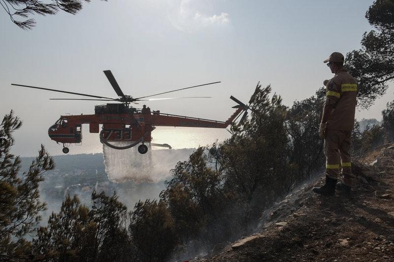 Μεγάλη φωτιά στη Νέα Μάκρη: Σε ύφεση τα πύρινα μέτωπα - Καταγγελίες για εμπρησμό fwtia nea makri 3 iefimerida