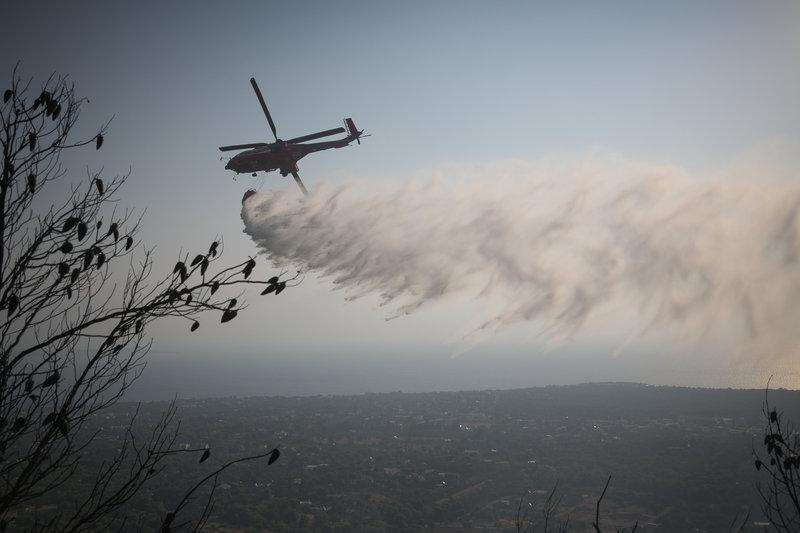 Μεγάλη φωτιά στη Νέα Μάκρη: Σε ύφεση τα πύρινα μέτωπα - Καταγγελίες για εμπρησμό fwtia nea makri 4 iefimerida