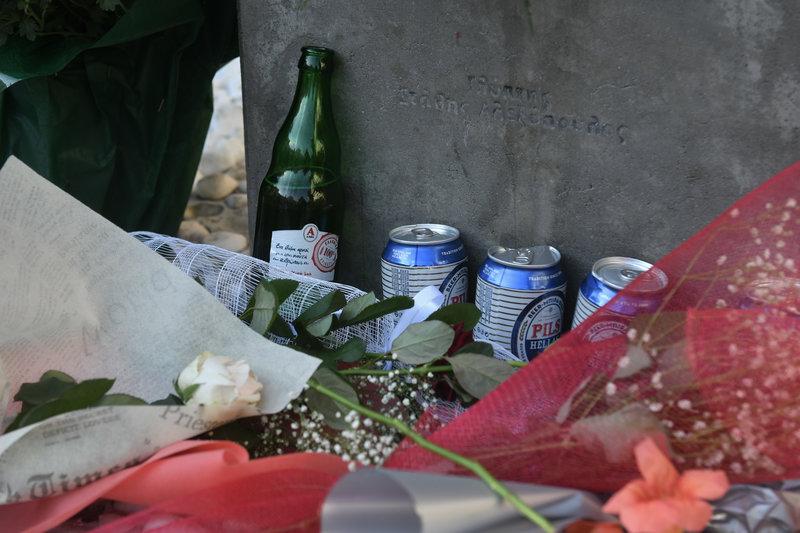 Στο σημείο όπου σκοτώθηκε ο Φύσσας πολλοί άφησαν ένα λουλούδι