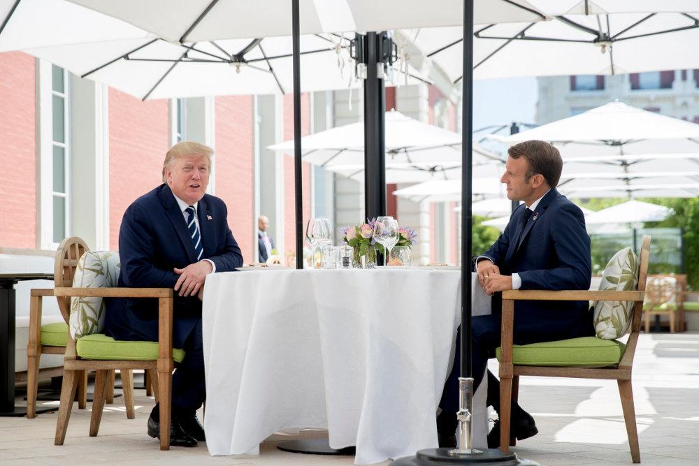 Το γεύμα Μακρόν - Τραμπ πραγματοποιήθηκε στην αυλή του ξενοδοχείου Hôtel du Palais, ήταν εκτός προγράμματος και ανακοινώθηκε την τελευταία στιγμή / Φωτογραφία: AP Photos