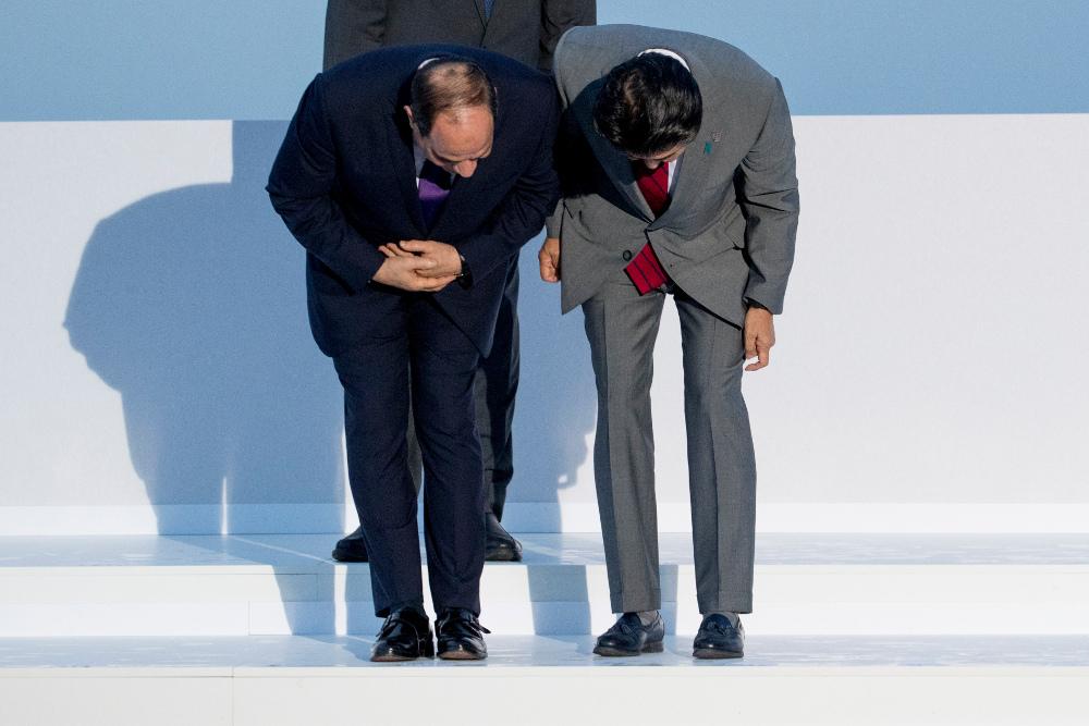 Μια βαθιά υπόκλιση είναι συνηθισμένη σε μέρη της Ασίας αλλά μάλλον δεν κάνουν αυτό ο Αιγύπτιος πρόεδρος Αμπντέλ Φατάχ αλ Σίσι με τον Ιάπωνα πρωθυπουργό Σίνζο Άμπε. Πιθανότατα ψάχνουν να βρουν πού πρέπει να σταθούν.