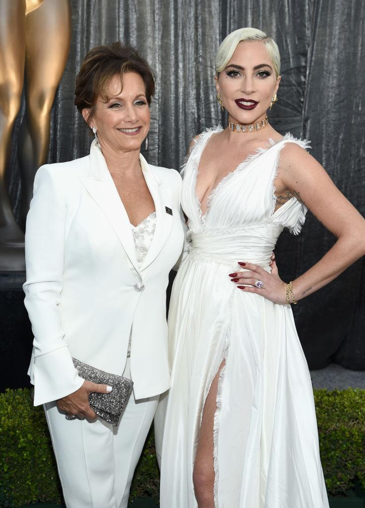 Η Γκαμπριέλ Καρτέρις με την Lady Gaga στα βραβεία του σωματείου ηθοποιών SAGA Awards