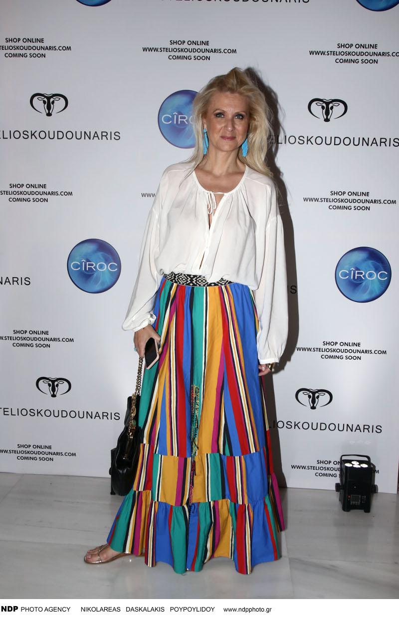 Η Κατερίνα Γκαγκάκη με πολύχρωμη φούστα