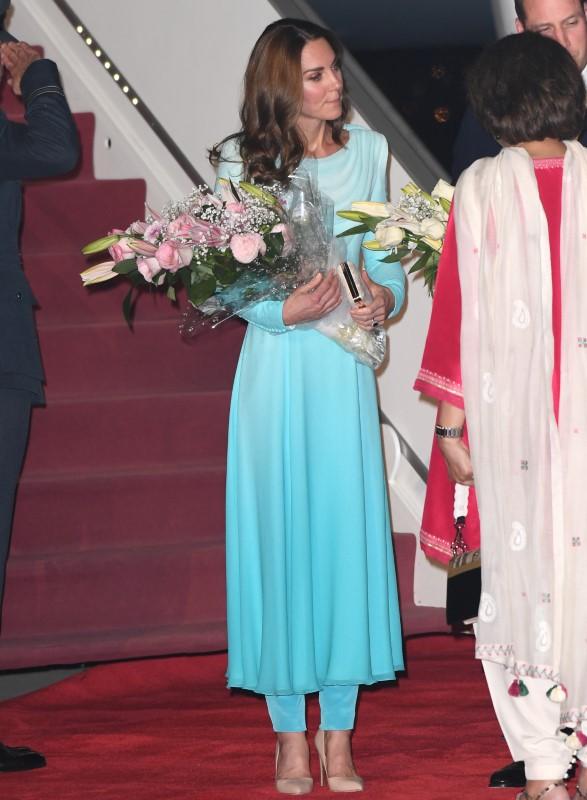 Η Κέιτ Μίντλετον με τα λουλούδια που της προσέφεραν