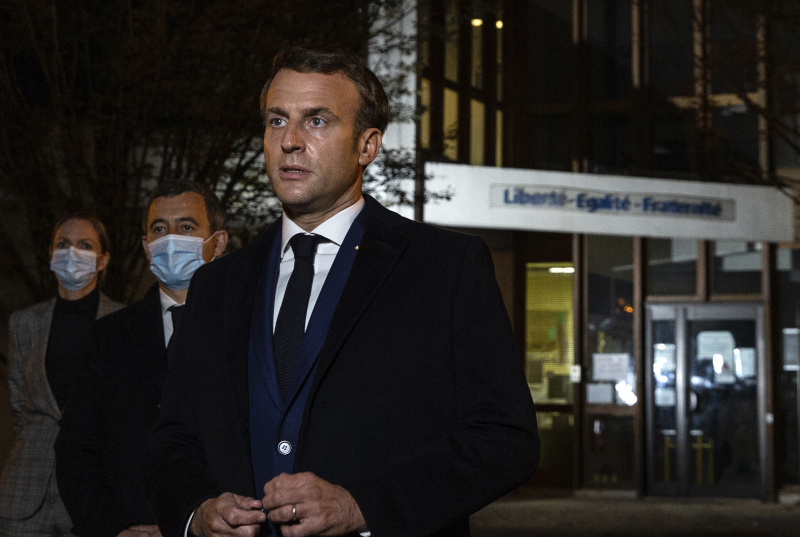 Ο Γάλλος πρόεδρος Εμανουέλ Μακρόν στο σημείο της δολοφονίας του καθηγητή