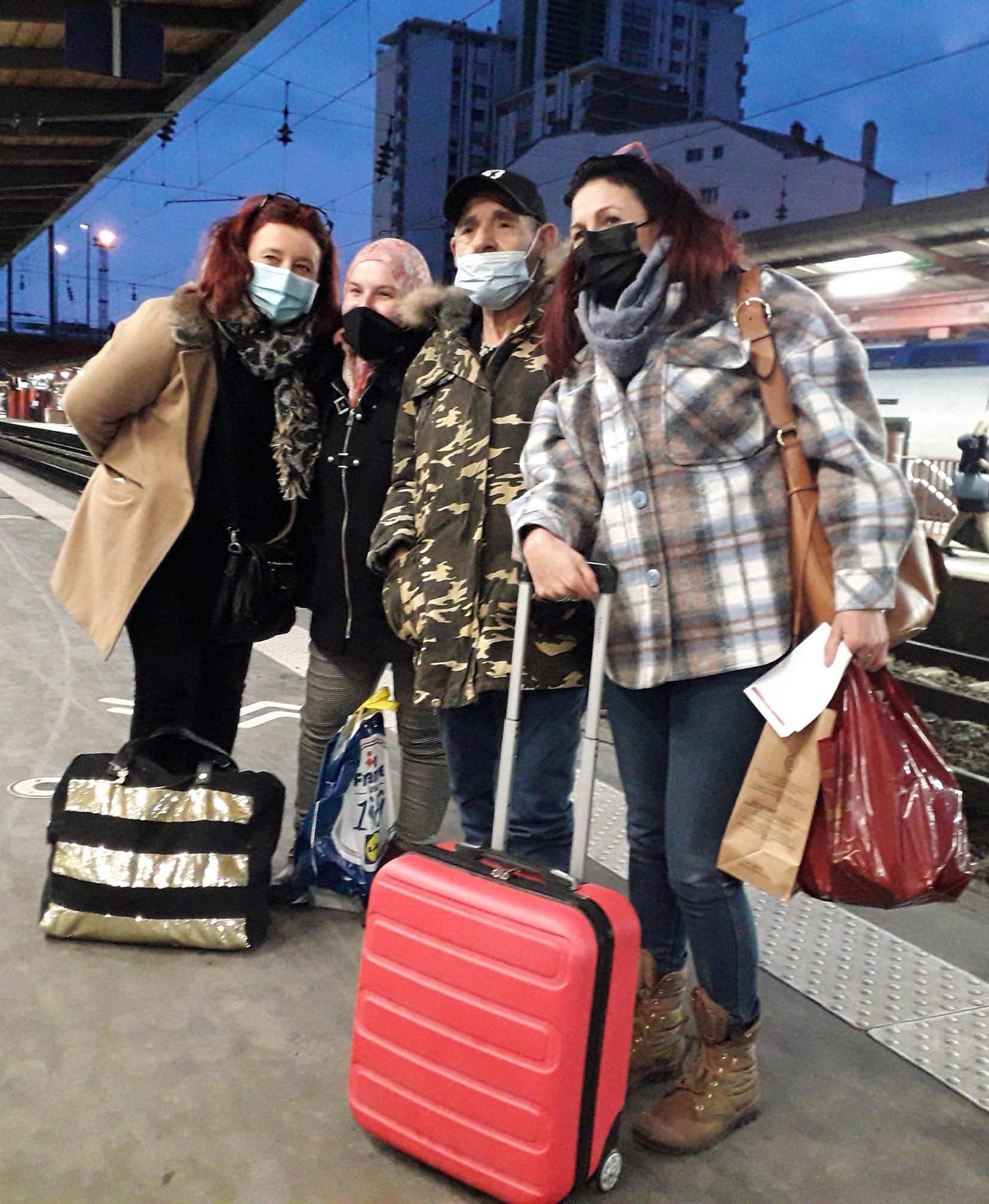 Οι δυο γυναίκες που κινητοποιήθηκαν, με τον άστεγο και την 26χρονη κόρη του