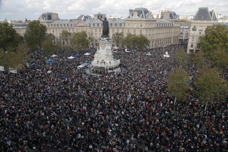 Χιλιάδες άνθρωποι συμμετείχαν σε συγκεντρώσεις προς τιμή του καθηγητή