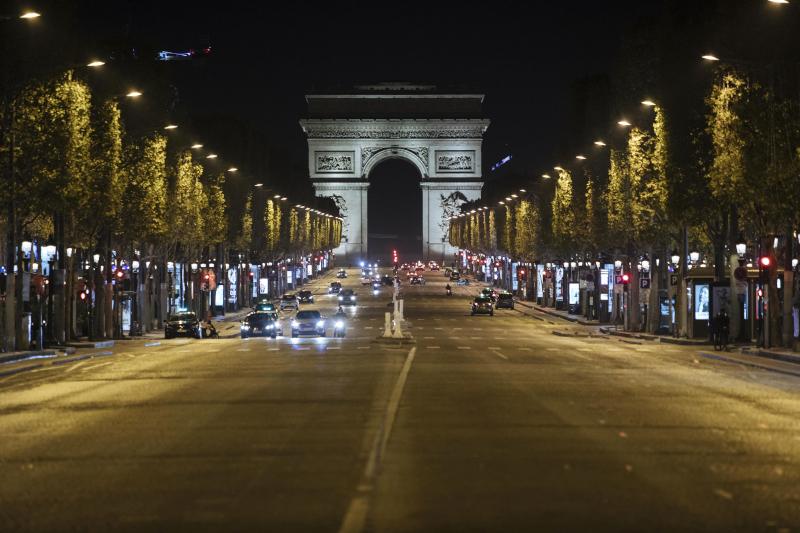 Απόκοσμο σκηνικό: Τα Ηλύσια Πεδία χωρίς κίνηση, μετά την απαγόρευση κυκλοφορίας στο Παρίσι, λόγω της αύξησης των κρουσμάτων κορωνοϊού