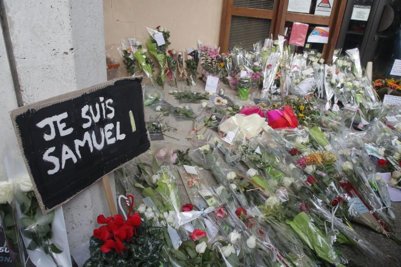 Λουλούδια έξω από το σχολείο όπου δίδασκε ο δάσκαλος έχουν αφήσει περαστικοί