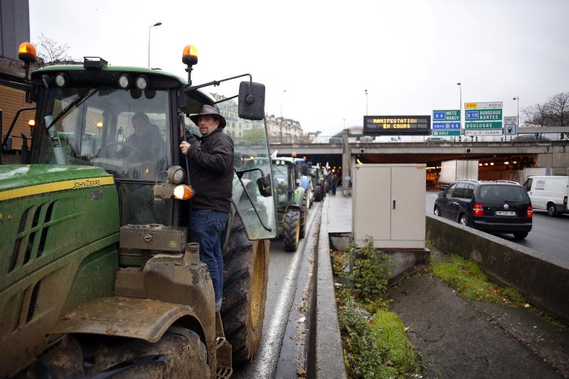 Αγρότες με τα τρακτέρ τους καταφτάνουν στο Παρίσι