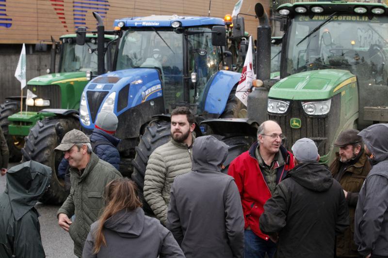 Αγρότες τράβηξαν χειρόφρενο στο Παρίσι για να διαμαρτυρηθούν
