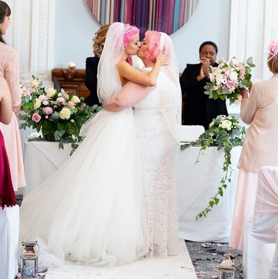Λεσβίες παντρεύονται και φιλιούνται